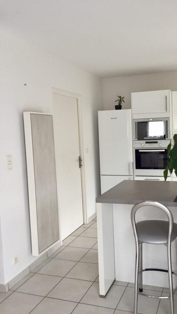 Photo d'un radiateur électrique a inertie décoratif design eternity, 2000w, vertical, couleur gris clair, 155x60cm, cuisine salle a manger maison appartement