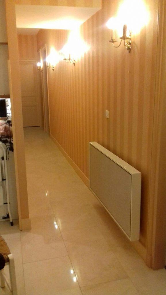 Photo d'un radiateur electrique a inertie decoratif design eternity, 2000w, horizontal, couleur beige, 60x120cm, couloir maison appartement