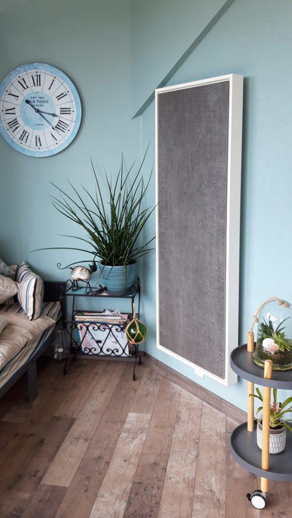 Photo d'un radiateur électrique a inertie décoratif design eternity, 2400w, vertical, couleur anthracite, 155x60cm, salon maison