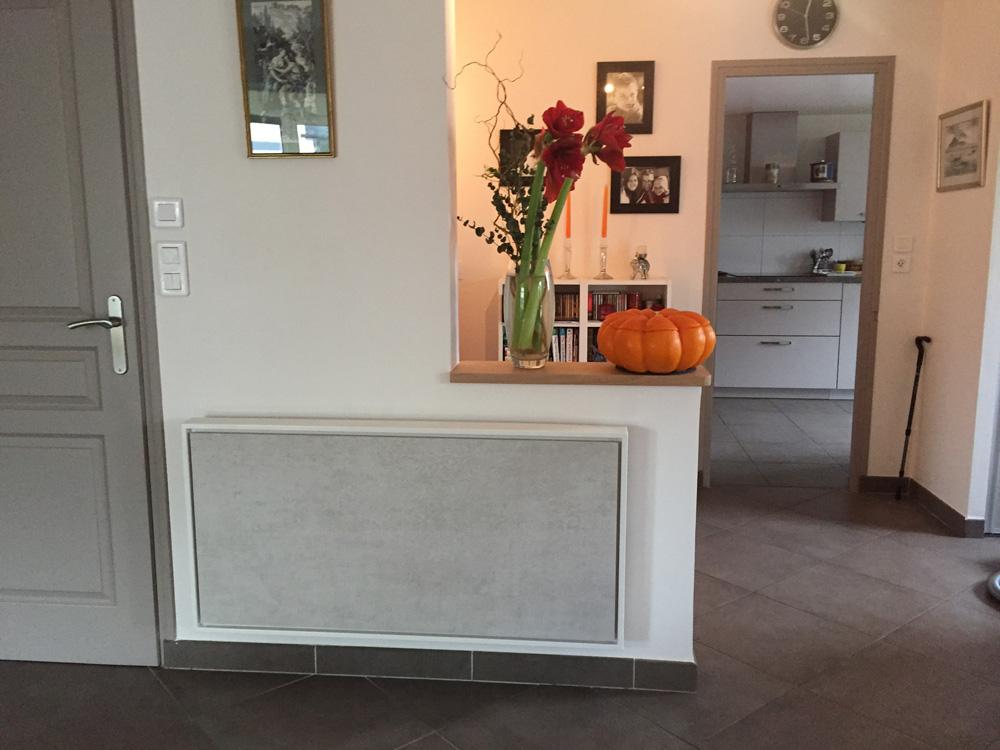 Photo d'un radiateur électrique a inertie décoratif design eternity, 2000w, horizontal, couleur gris clair, 60x120cm, salle de vie maison appartement