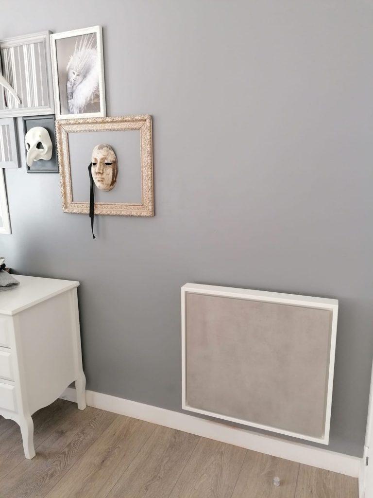 Petit radiateur électrique à inertie décoratif eternity de 1000w, gris clair, 60x65cm, dans une chambre